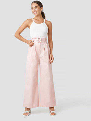NA-KD cremefärgade byxor Belted Wide Leg Trousers rosa