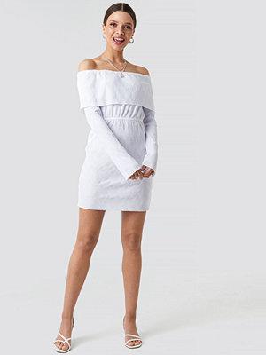 NA-KD Off Shoulder Plisse Mini Dress vit
