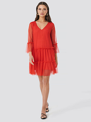 NA-KD Ruffle Mesh Mini Dress röd