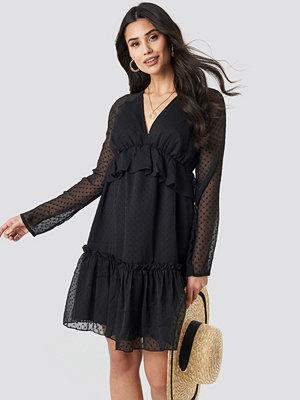 NA-KD Boho Swiss Dot V-Neck Flounce Dress svart