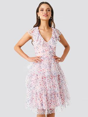 NA-KD Ruffle Floral Midi Dress rosa