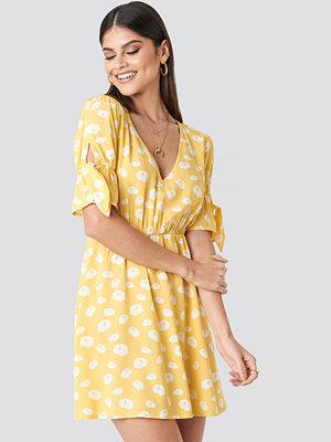 Milena Karl x NA-KD Printed Mini Dress gul