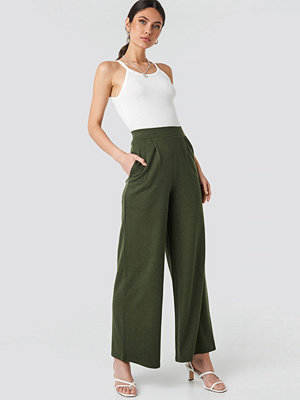 NA-KD omönstrade byxor Wide Leg Pleated Trousers grön