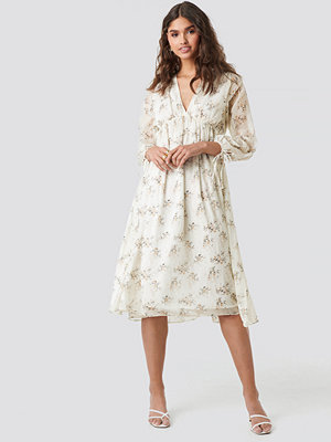 Kae Sutherland x NA-KD Floral Deep V Neck Midi Dress vit