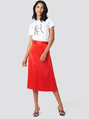 NA-KD Party Bias Cut Satin Midi Skirt röd