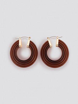 NA-KD Accessories smycke Tiered Resin Hoop Earrings brun