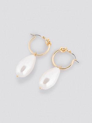 NA-KD Accessories smycke Big Pearl Knot Hoop Earrings guld