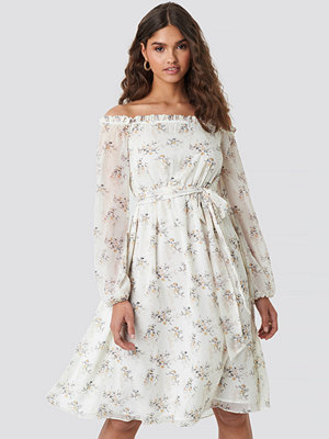 Kae Sutherland x NA-KD Off Shoulder Midi Dress vit
