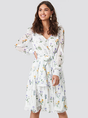 Kae Sutherland x NA-KD Puffy Shoulder Floral Midi Dress vit