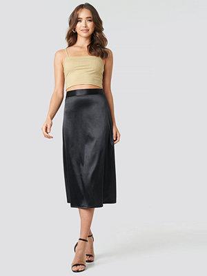 NA-KD Party Bias Cut Satin Midi Skirt svart