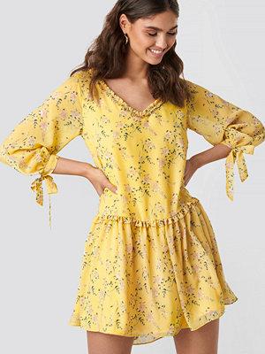 Kae Sutherland x NA-KD Ruffle V Neck Mini Dress gul