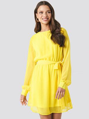 NA-KD Chiffon Dress gul
