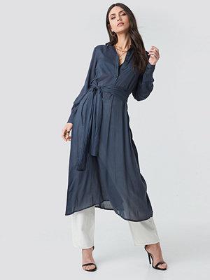 NA-KD Trend Button Up Tie Waist Dress blå