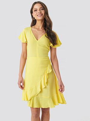 NA-KD Ruffle Wrap Mini Dress gul