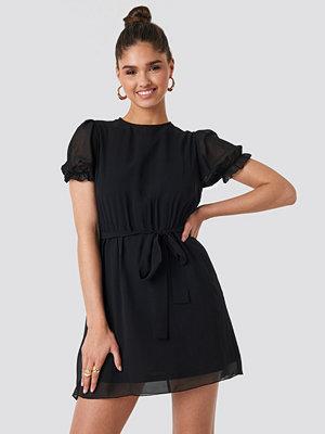 NA-KD Short Sleeve Chiffon Dress svart