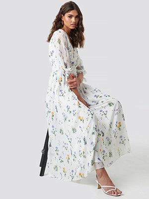 Kae Sutherland x NA-KD V Neck Maxi Dress vit