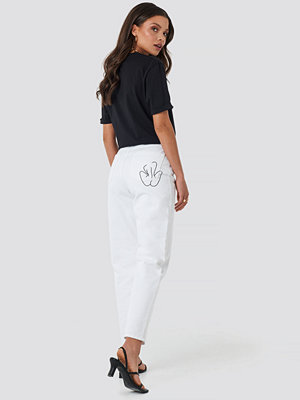 Faces I Don't Know x NA-KD Pocket Embroidered Jeans vit
