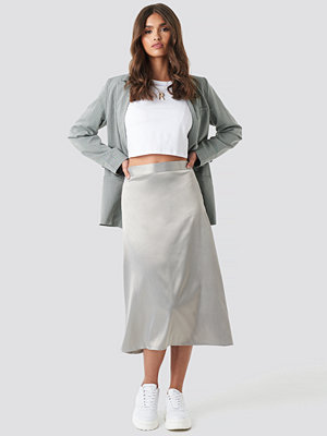 NA-KD Party Bias Cut Satin Midi Skirt grå silver