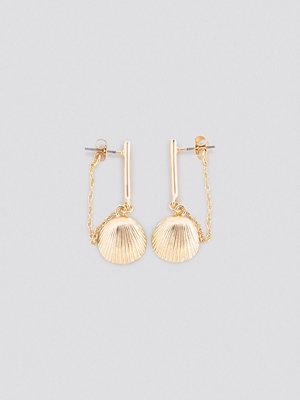 NA-KD Accessories smycke Back Chain Shell Earrings guld