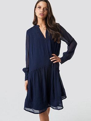 NA-KD Boho V-Neck Flowy Chiffon Dress blå