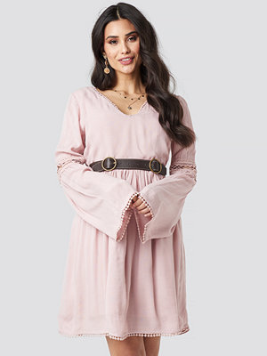Luisa Lion x NA-KD V-neck Pom Pom Dress rosa