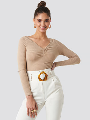 Toppar - NA-KD Front Ruched Ribbed Top beige