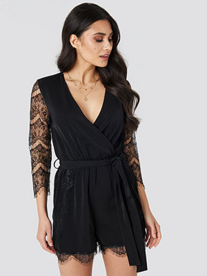 Jumpsuits & playsuits - Luisa Lion x NA-KD Lace Playsuit svart