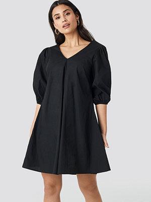 NA-KD Trend V-back and Front Short Sleeve Dress svart