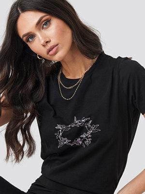 NA-KD Trend Angels Tee svart
