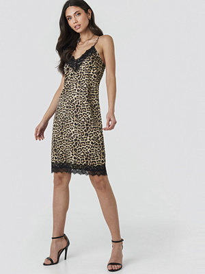 NA-KD Party Leo Slip Dress brun beige