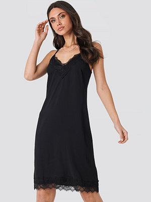 NA-KD Party Lace Detail Slip Dress svart