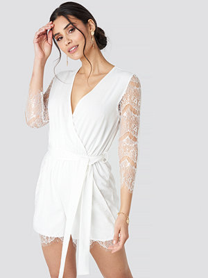 Luisa Lion x NA-KD Lace Playsuit vit