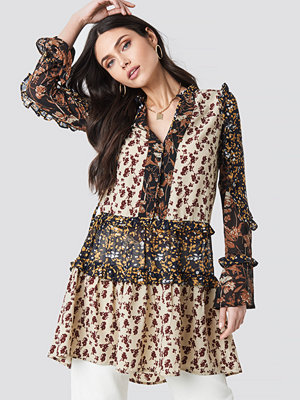 Tunikor - NA-KD Boho Patch Printed Frill Dress multicolor