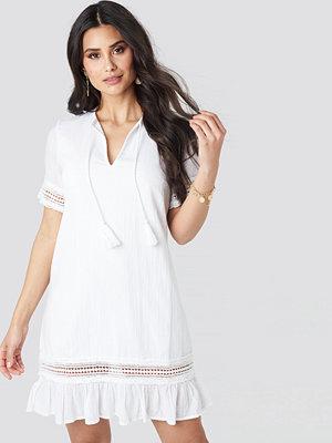 Luisa Lion x NA-KD A-line Crochet Dress vit