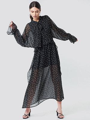 NA-KD Trend Tie Collar Printed Maxi Dress svart