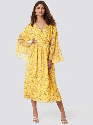 Kae Sutherland x NA-KD Big Sleeve Belted Maxi Dress gul