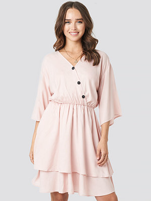 Schanna x NA-KD Contrast Button Layered Dress rosa
