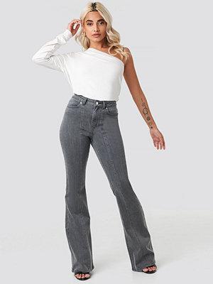 AFJ x NA-KD Seam Detail Flare Jeans grå