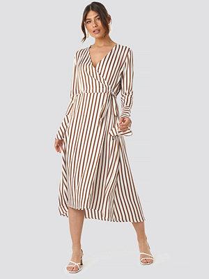NA-KD Trend Striped Wide Long Sleeve Dress vit
