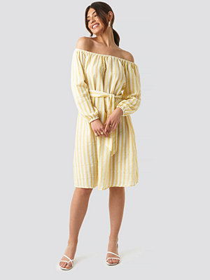 NA-KD Trend Striped Off Shoulder Tied Waist Dress gul
