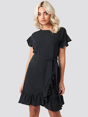 AFJ x NA-KD Ruffle Wrap Mini Dress svart