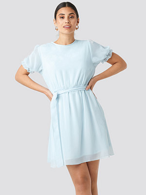 NA-KD Short Sleeve Chiffon Dress blå