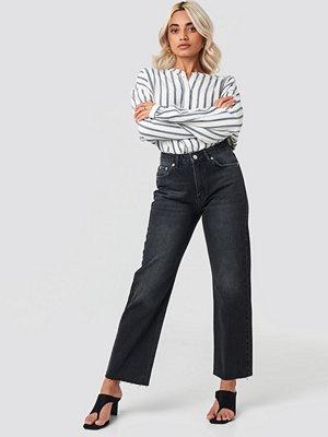 NA-KD Trend Raw Hem Straight Jeans svart