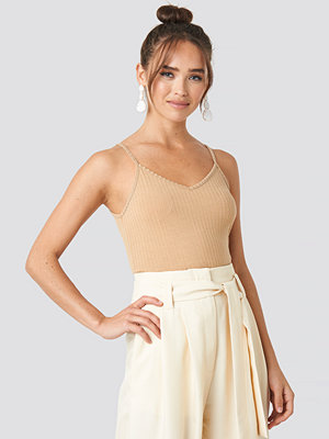 NA-KD Ribbed V-Neck Cropped Singlet beige