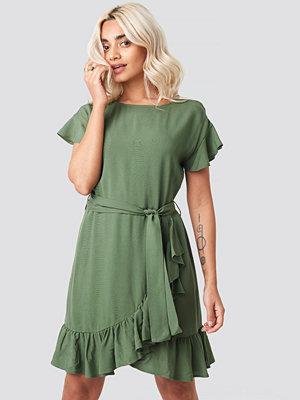 AFJ x NA-KD Ruffle Wrap Mini Dress grön