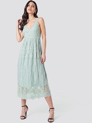 NA-KD Party Open Back Flower Lace Dress grön