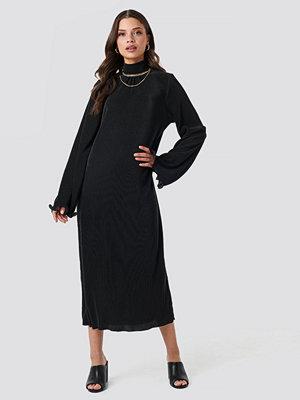 NA-KD Trend Pleated Wide Sleeve Ankle Dress svart