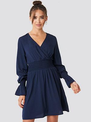 NA-KD Boho Shirred Waist Wrap Mini Dress blå