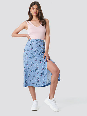 NA-KD Asymmetrical Button Midi Skirt blå