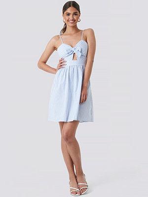 NA-KD Boho Knot Front Cut Out Dress blå multicolor
